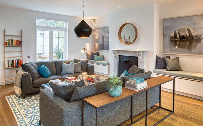 Интерьер гостиной с серым диваном