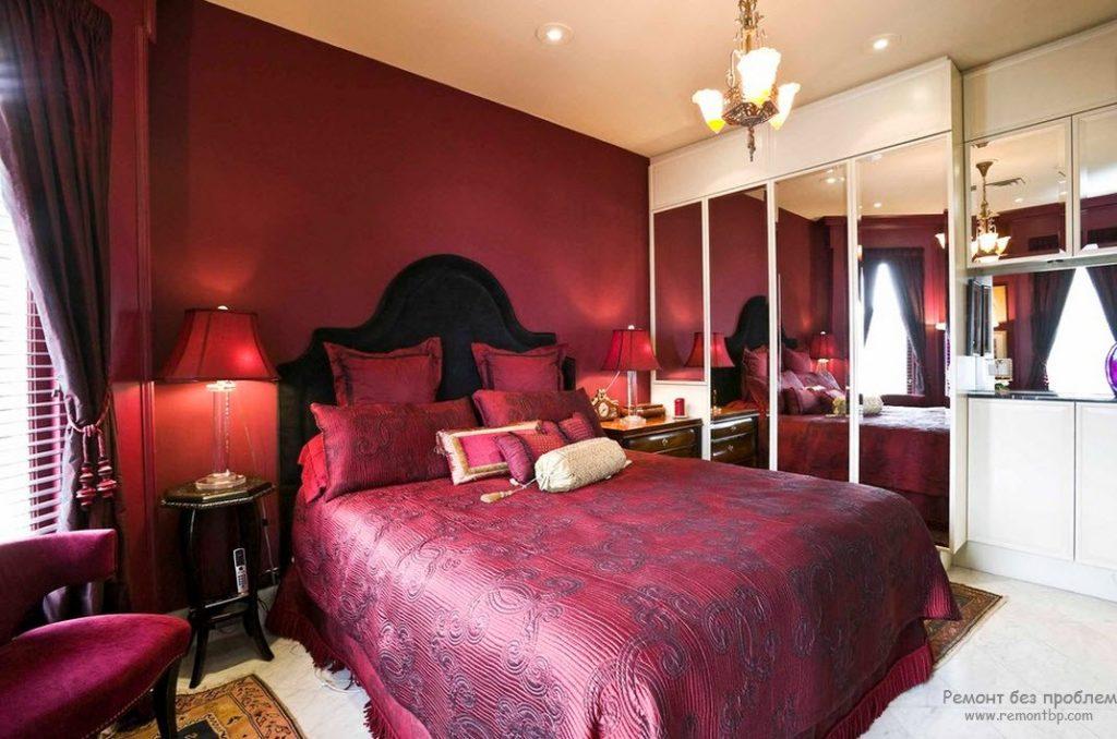 Интерьер комнаты с бордовой кроватью
