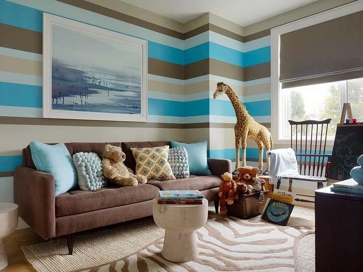 Интерьер комнаты с коричневыми диванами