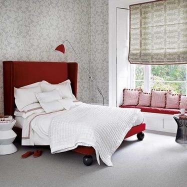 Интерьер комнаты с красной кроватью