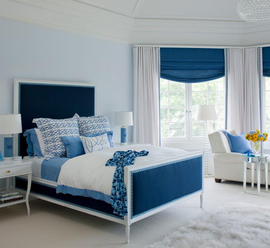 Интерьер комнаты с кроватью синего цвета