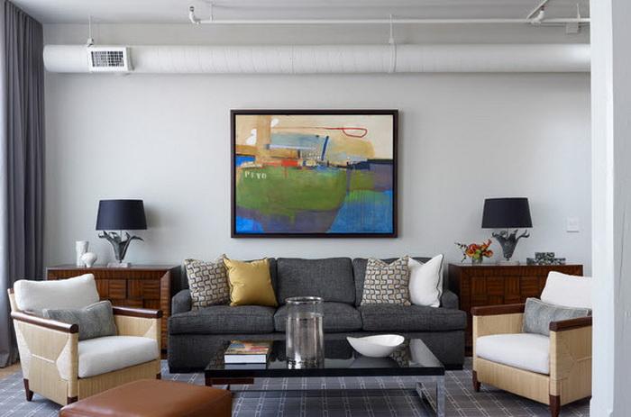 Интерьер комнаты с практичным серым диваном