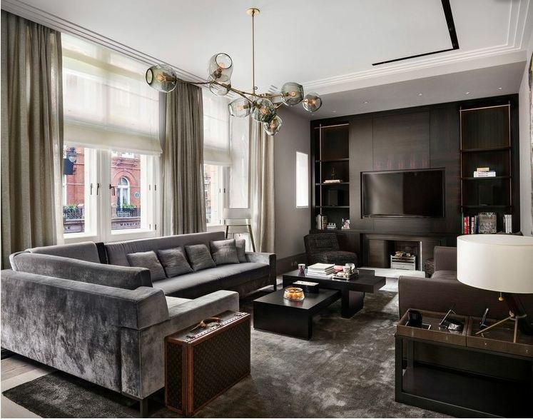 Интерьер комнаты с серым диваном