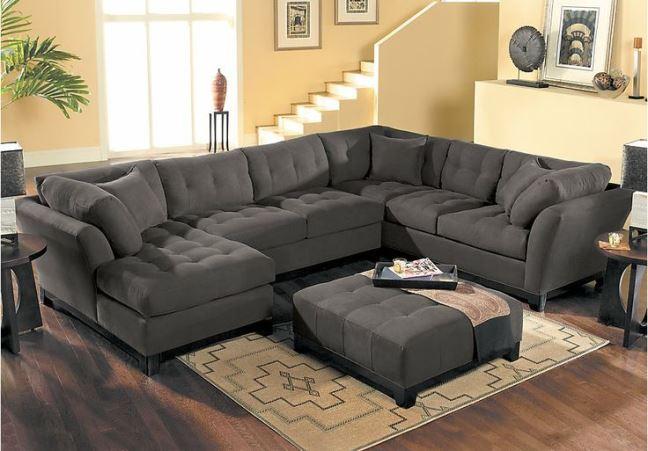 Интерьер комнаты с серым практичным диваном
