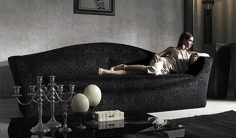 Интерьер с черным красивым диваном