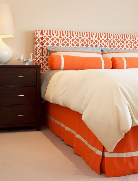 Интерьер с кроватью оранжевого цвета