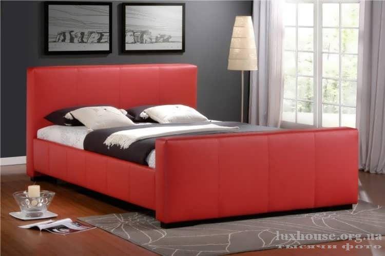 Интерьер спальни с красивой бордовой кроватью