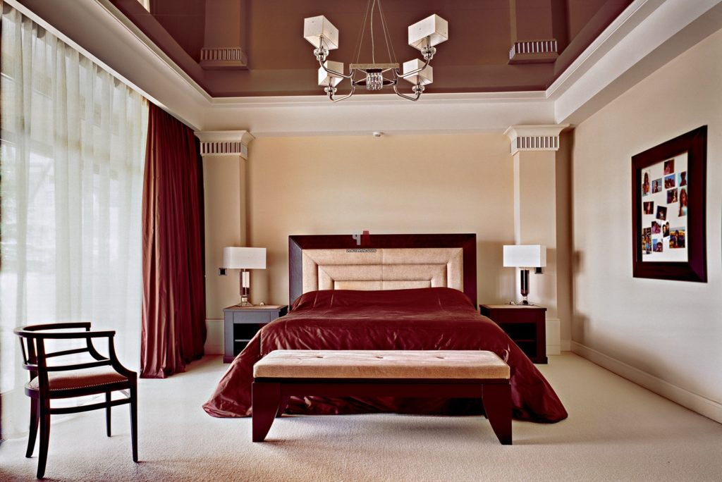 Интерьер спальни с кроватью красного цвета