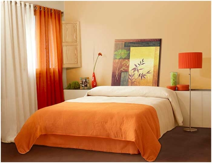 Интерьер спальни с оранжевой кроватью