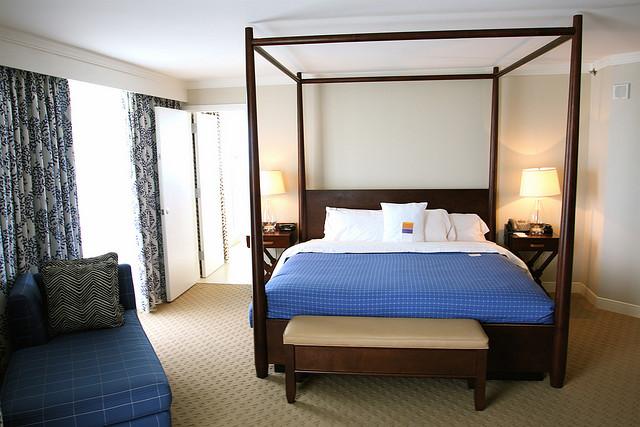 Интерьер спальни с синей кроватью