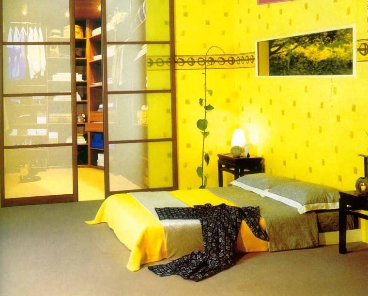 Интерьер спальни с желтой кроватью
