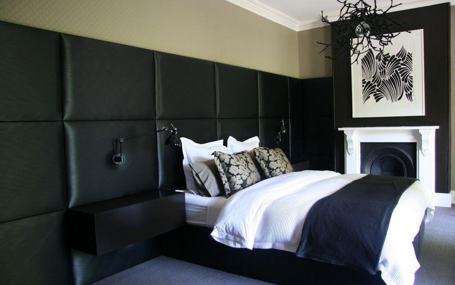 Интересная модель черной кровати для дома
