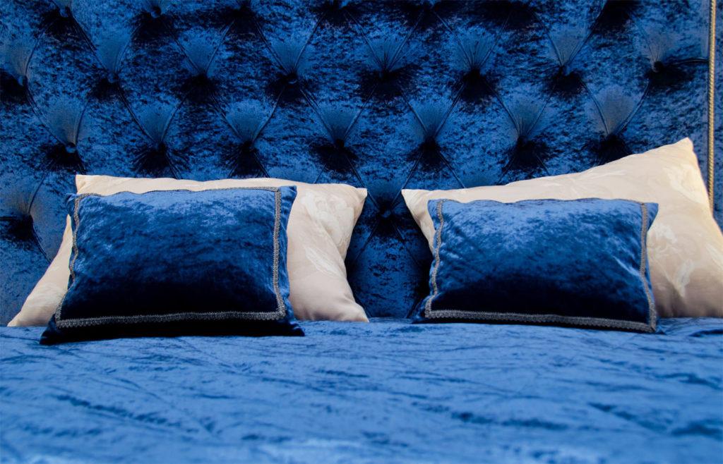 Изголовье кровати красивого синего цвета