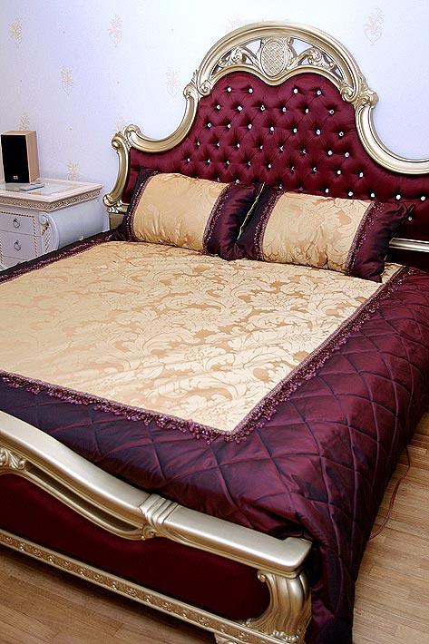 Изголовье кровати в оригинальном варианте в бордовом цвете