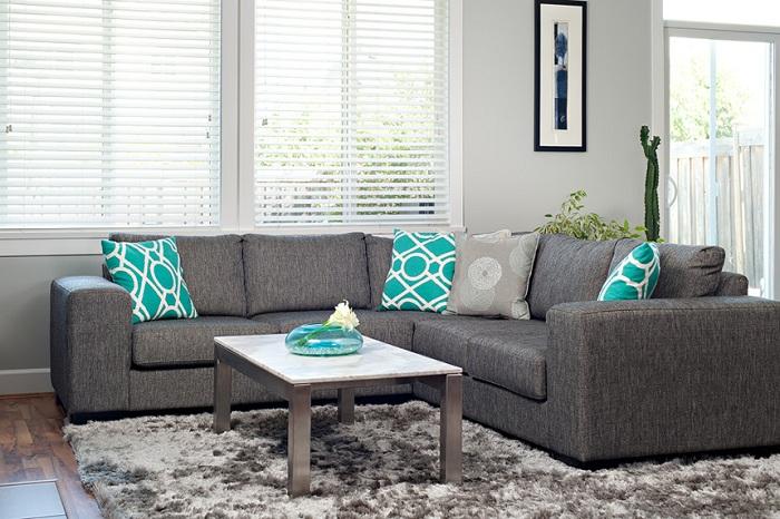 Изысканный диван серого цвета