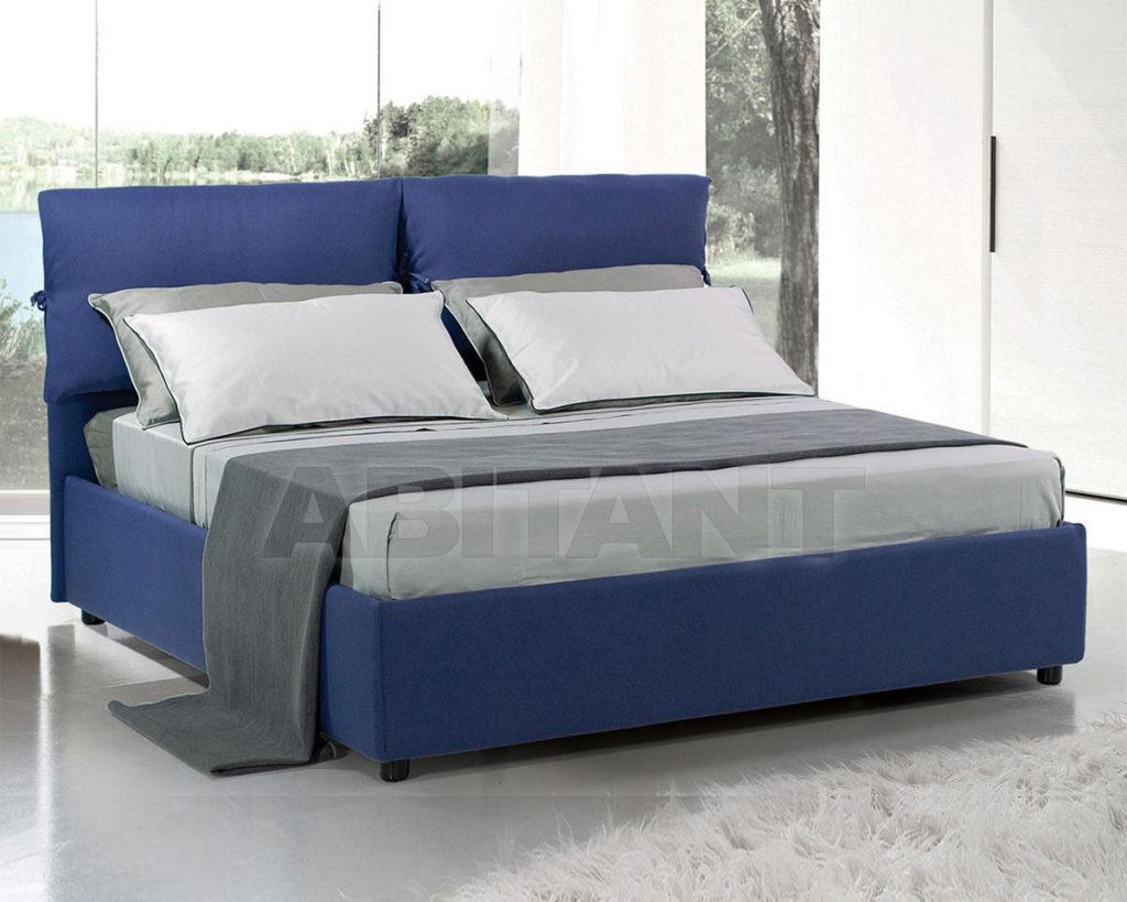 Как правильно вписать в интерьер синюю кровать