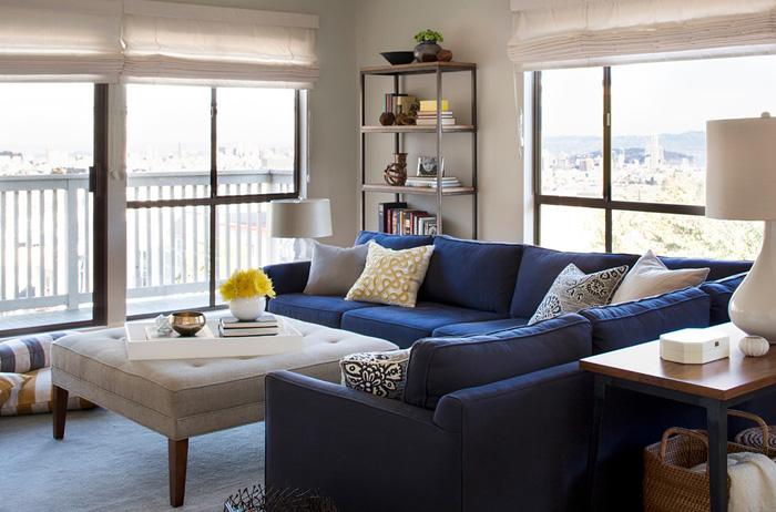 Как расположить диван в синем цвете