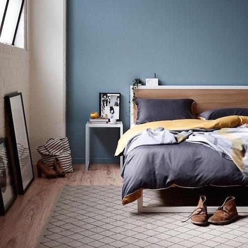 Как выбрать для спальни синюю кровать
