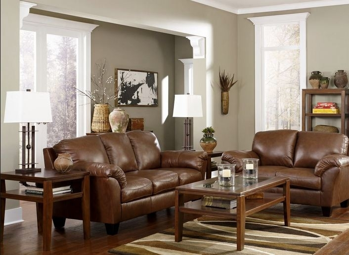 Классический интерьер с коричневым диваном