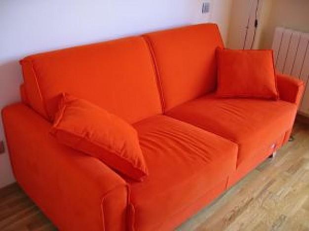 Компактный красивый оранжевый диван