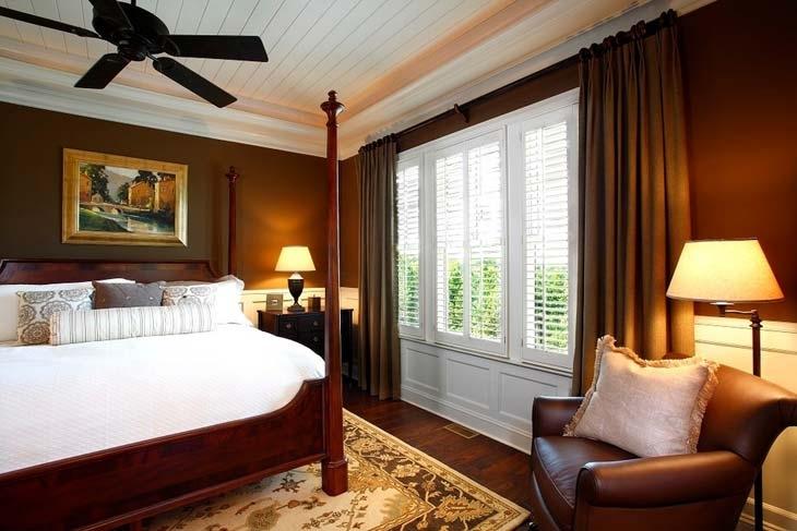 Коричневая кровать на основе дерева для спальни