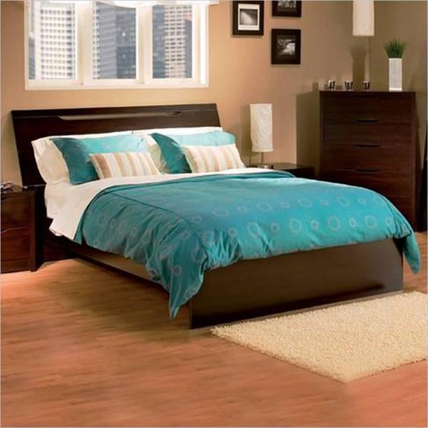 Коричневая кровать в интерьере