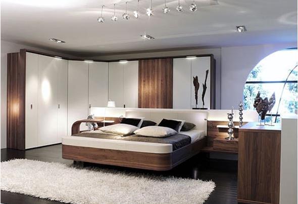 Коричневая кровать в спальне белого цвета