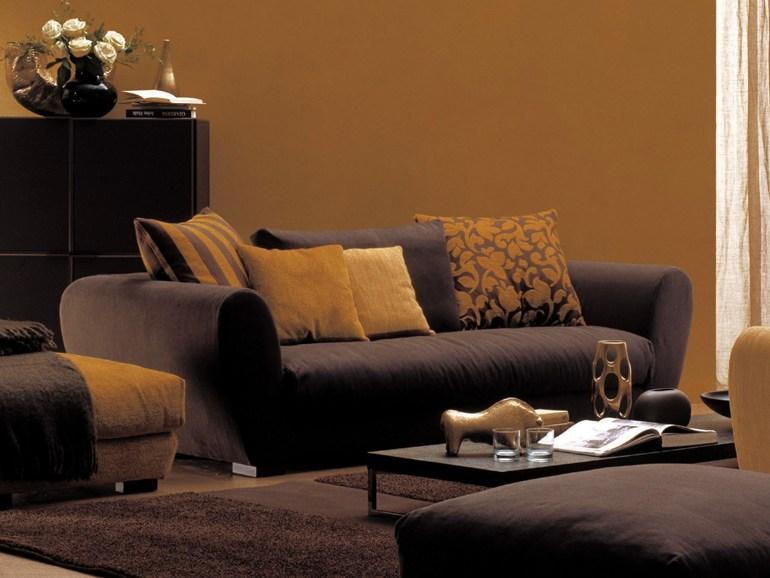 Коричневые тона современного дивана для гостиной