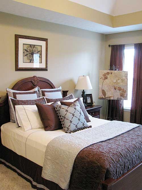 Коричневый оттенок поверхности современной кровати