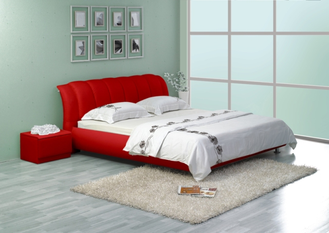 Кожаная кровать красного цвета