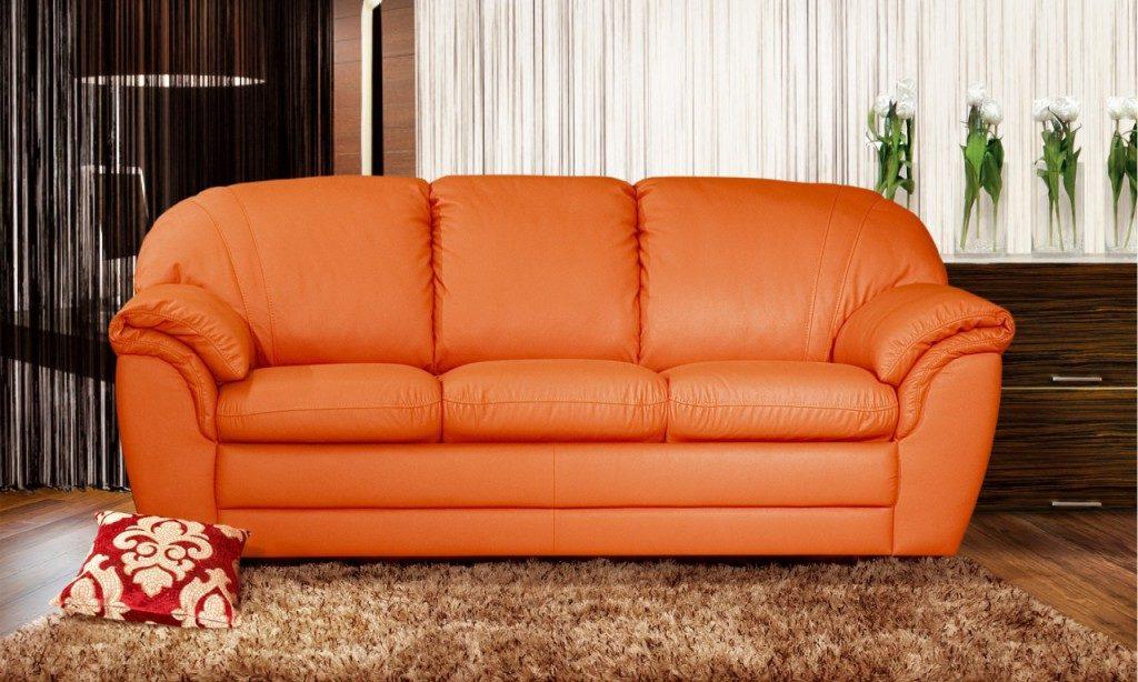 Кожаный диван станет привлекательным в оранжевом оформлении