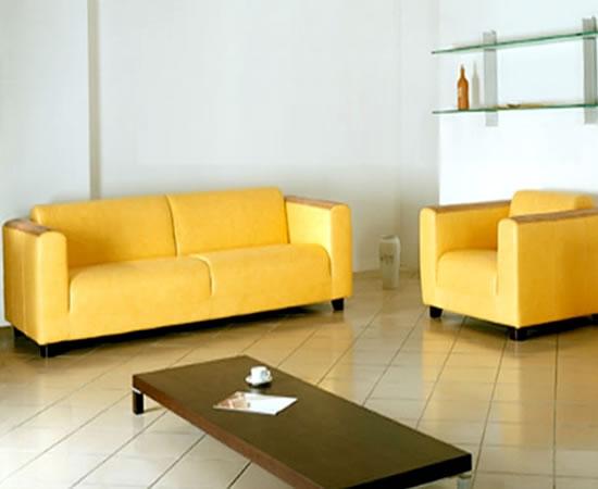 Кожаный диван в красивом желтом цвете
