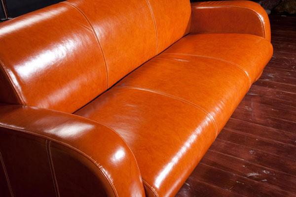 Кожаный диван, выполенный в оранжевом цвете