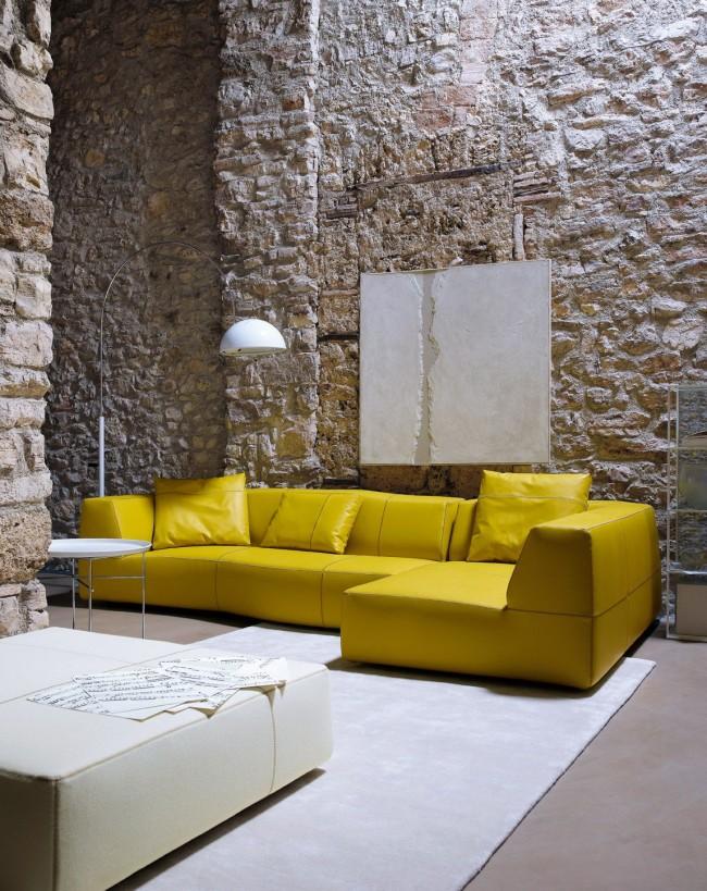 Кожаный диван, выполенный в приятном белом цвете