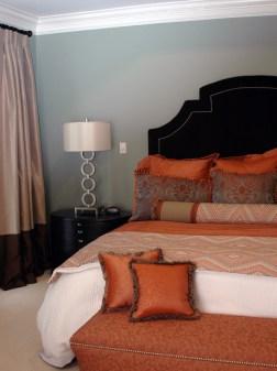 Красивая оранжевая кровать для дома