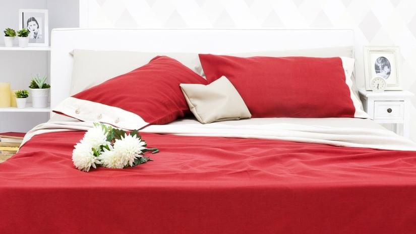 Красная кровать с покрывалом