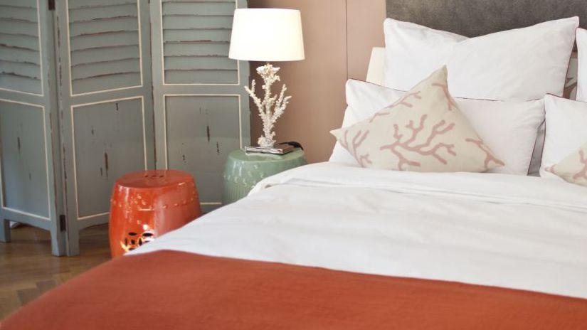 Красная кровать смотрится ярко