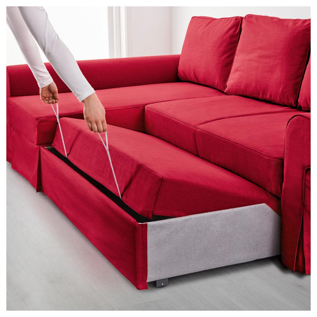 Красный диван с практичным механизмом