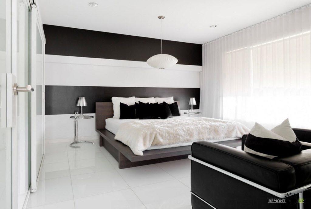 Кровать черного цвета выглядит стильно