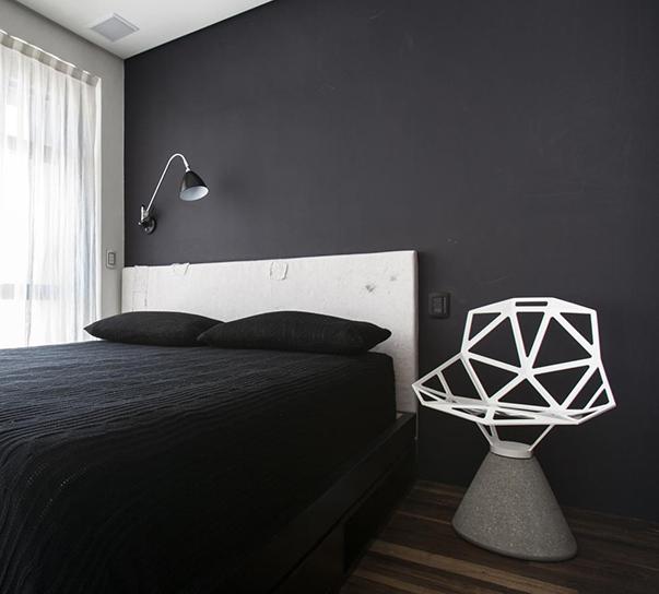 Кровать, испоненная в оригинальном черном цвете