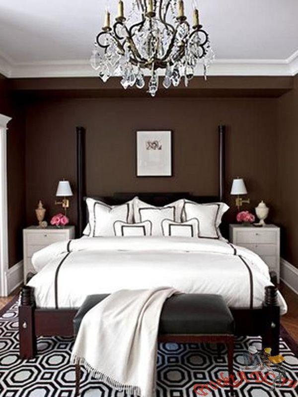Кровать коричневого цвета в однотонной спальне