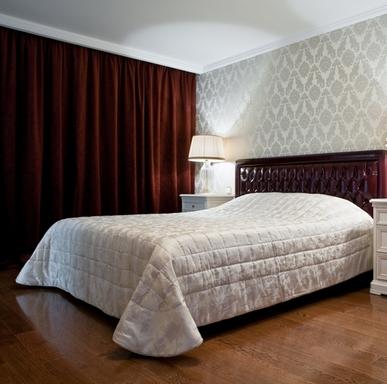 Кровать коричневого цвета