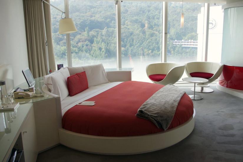 Кровать красного бледного цвета