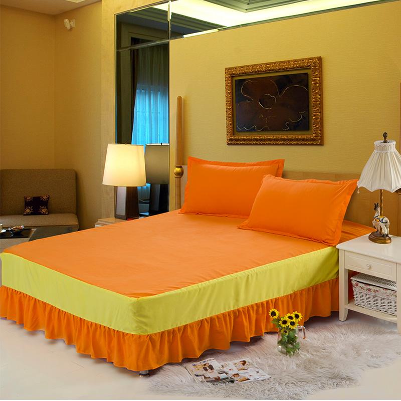 Кровать, оформленная в оранжевом цвете