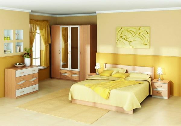 Кровать, оформленная в желтом бледном цвете