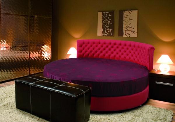 Кровать приятного светлого красного цвета