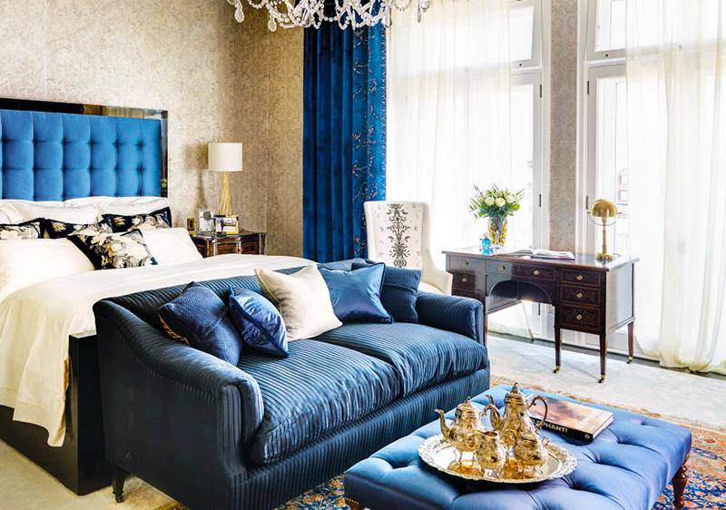 Кровать с красиым синим изголовьем
