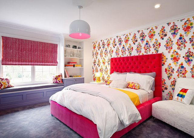 Кровать с приятным изголовьем бордового цвета