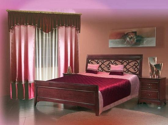 Кровать с резным изголовьем бордового цвета