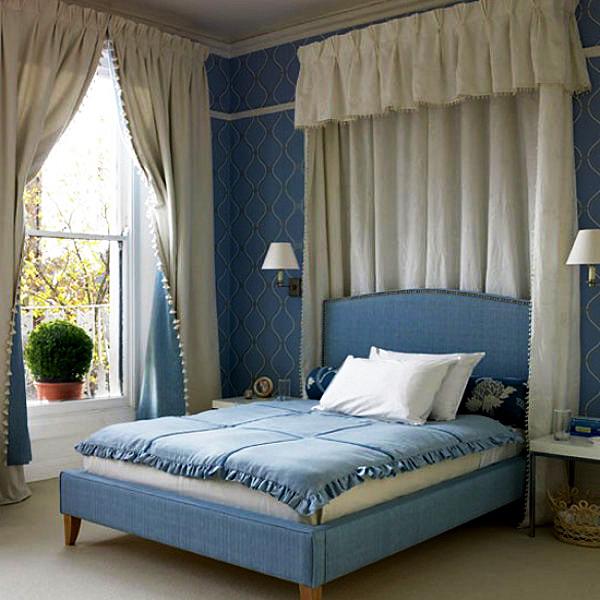 Кровать синего цвета выглядит красиво